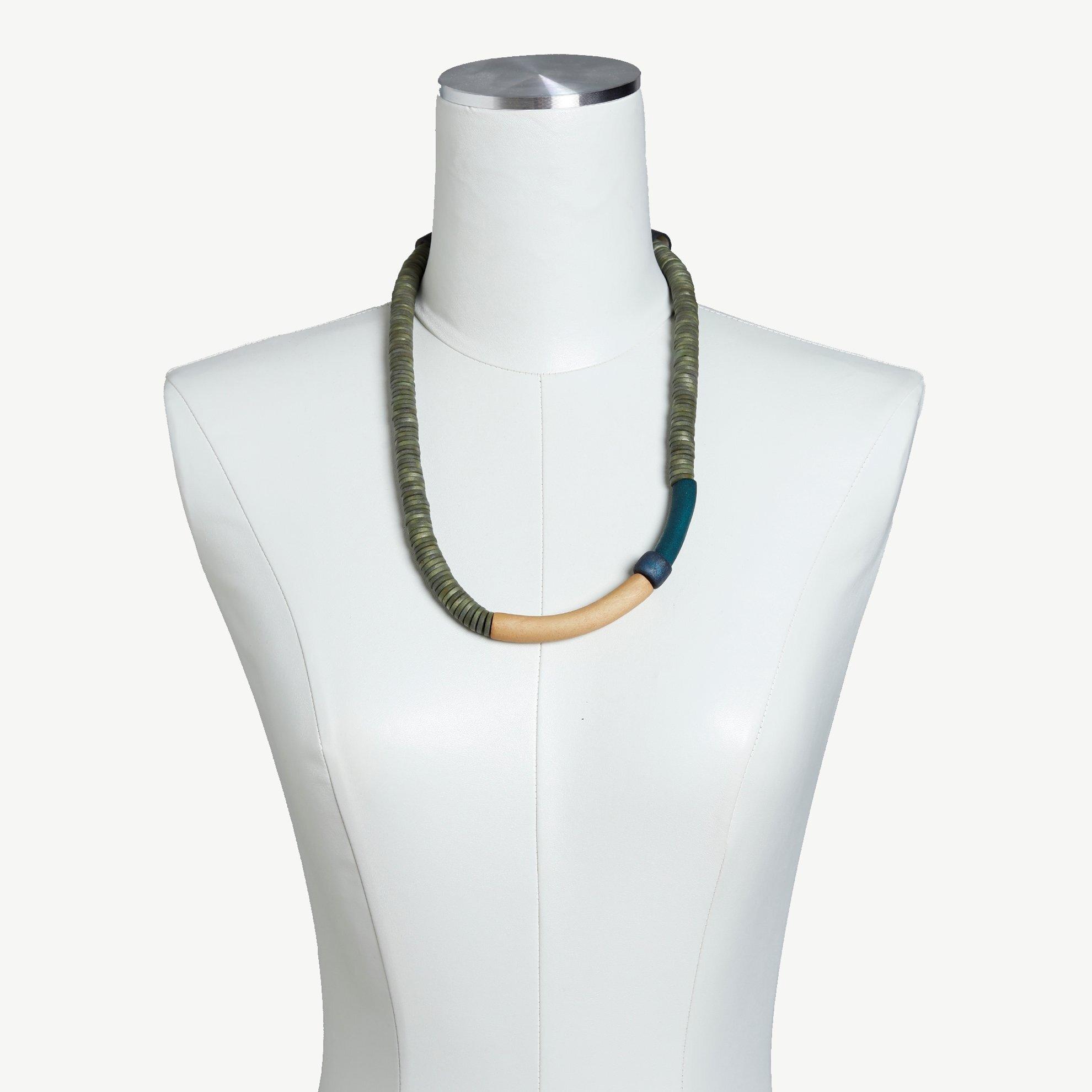 Halskette aus Perlen geflochten