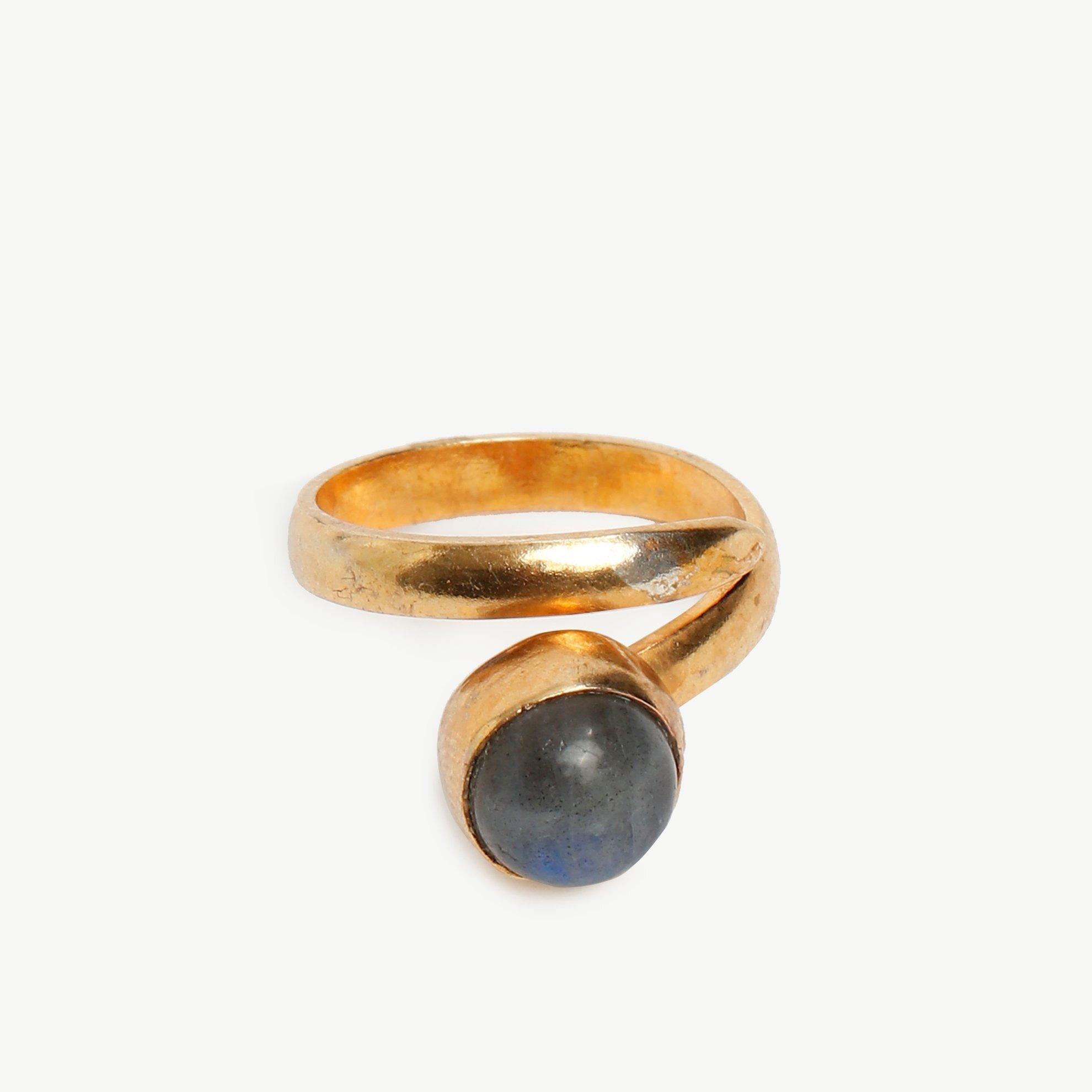Ring aus Schmucksteinen