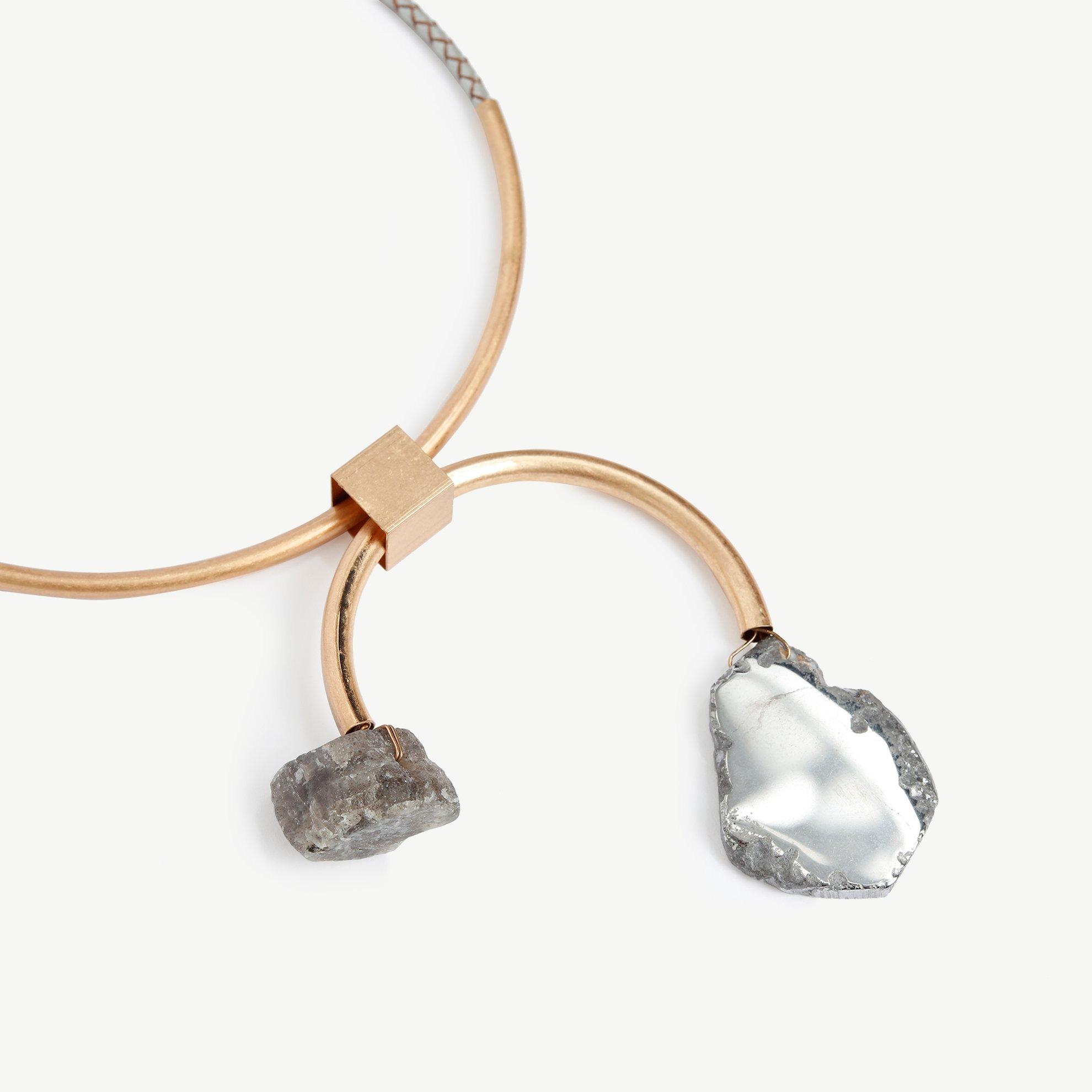 Moderne Halzkette mit Steinen