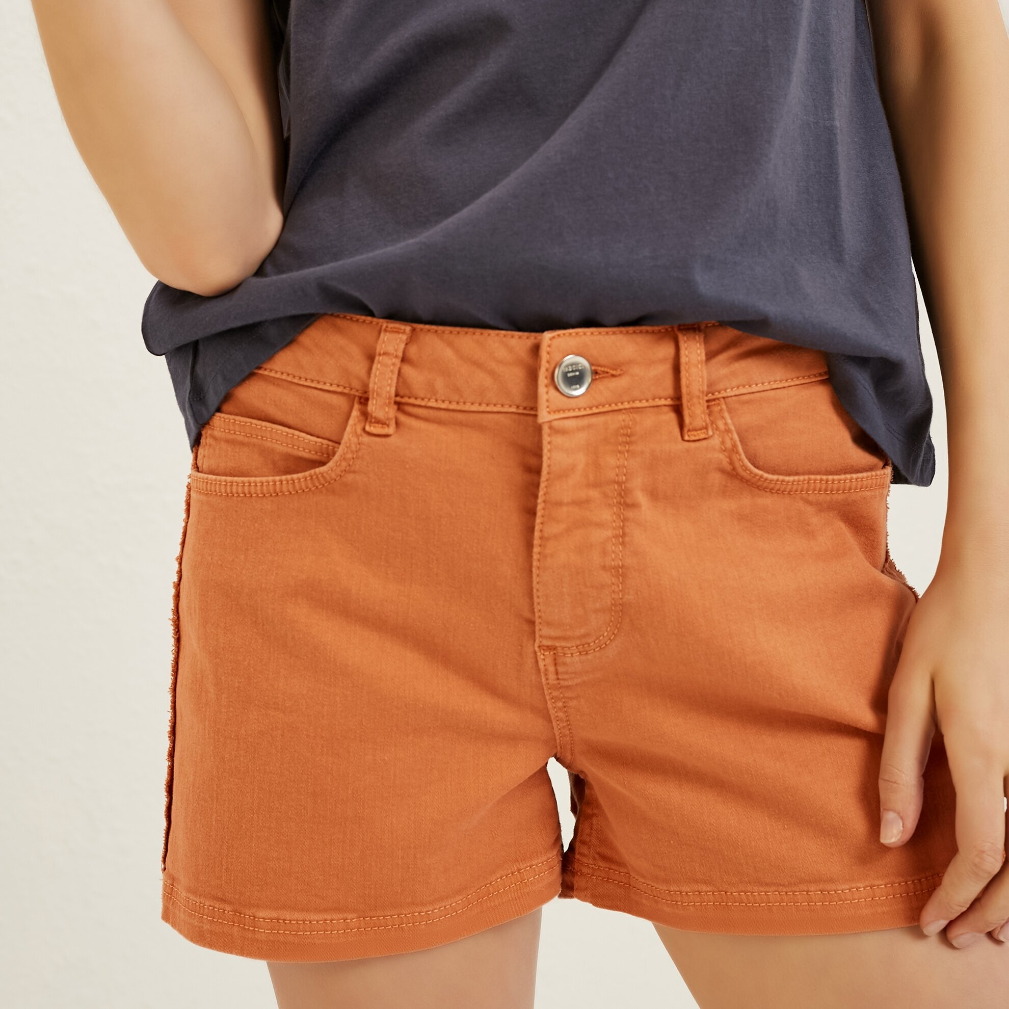 Side Stitch Detailed Shorts