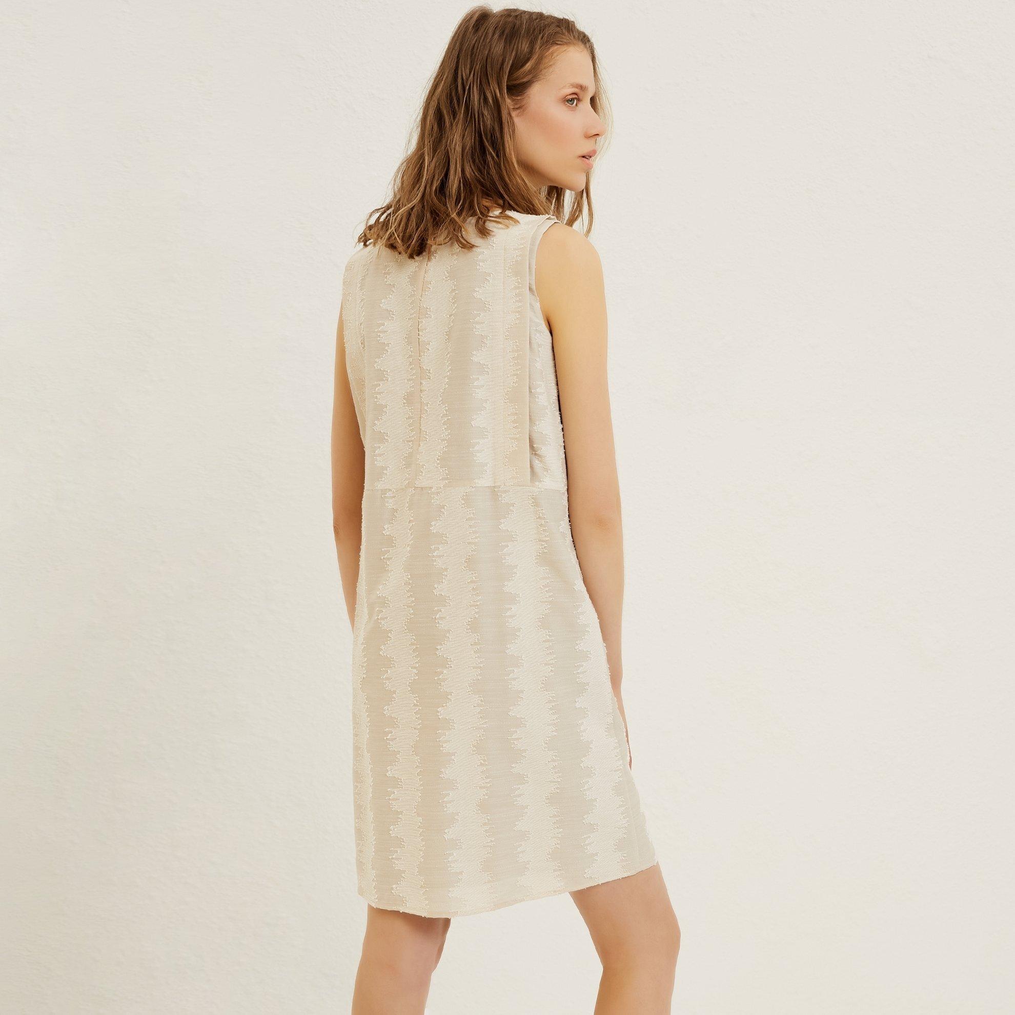 Knielanges Kleid mit Schulterdetail