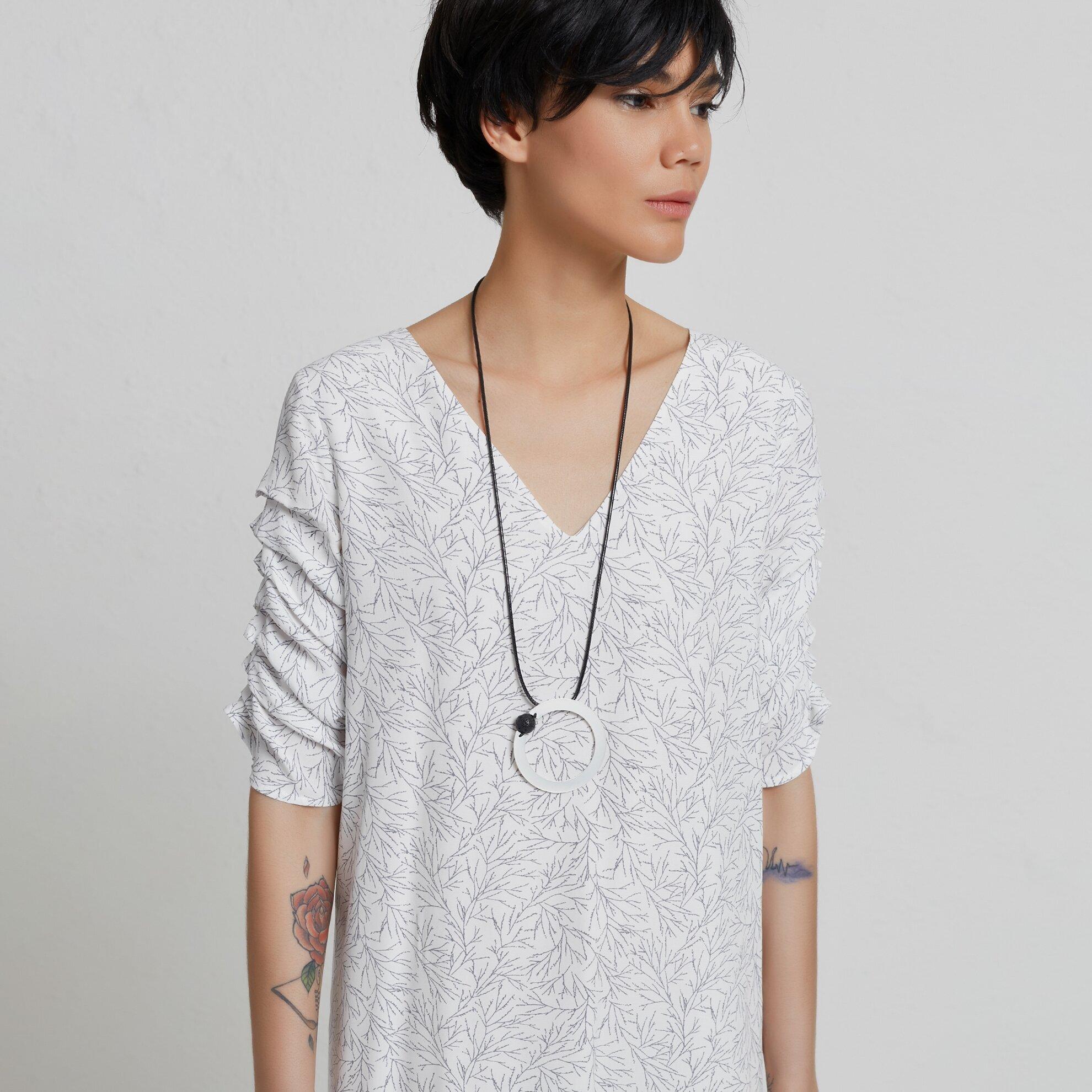 Kleid mit Details an Ärmeln