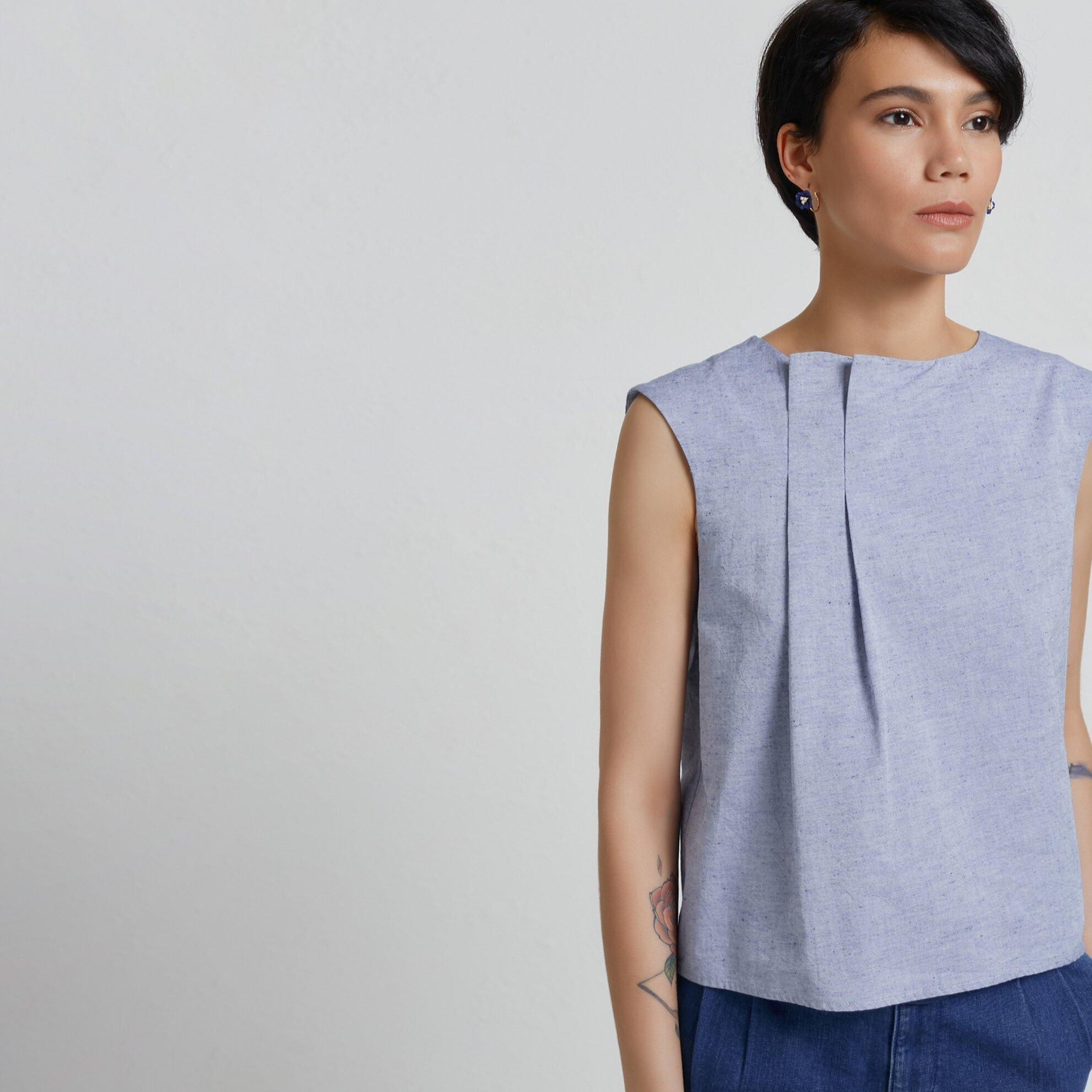 Kırma Detaylı Kolsuz Bluz
