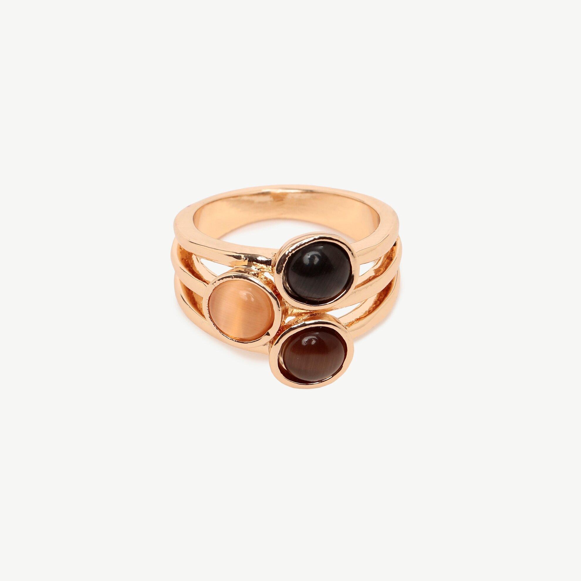 Ring mit drei schwarzen Steinen