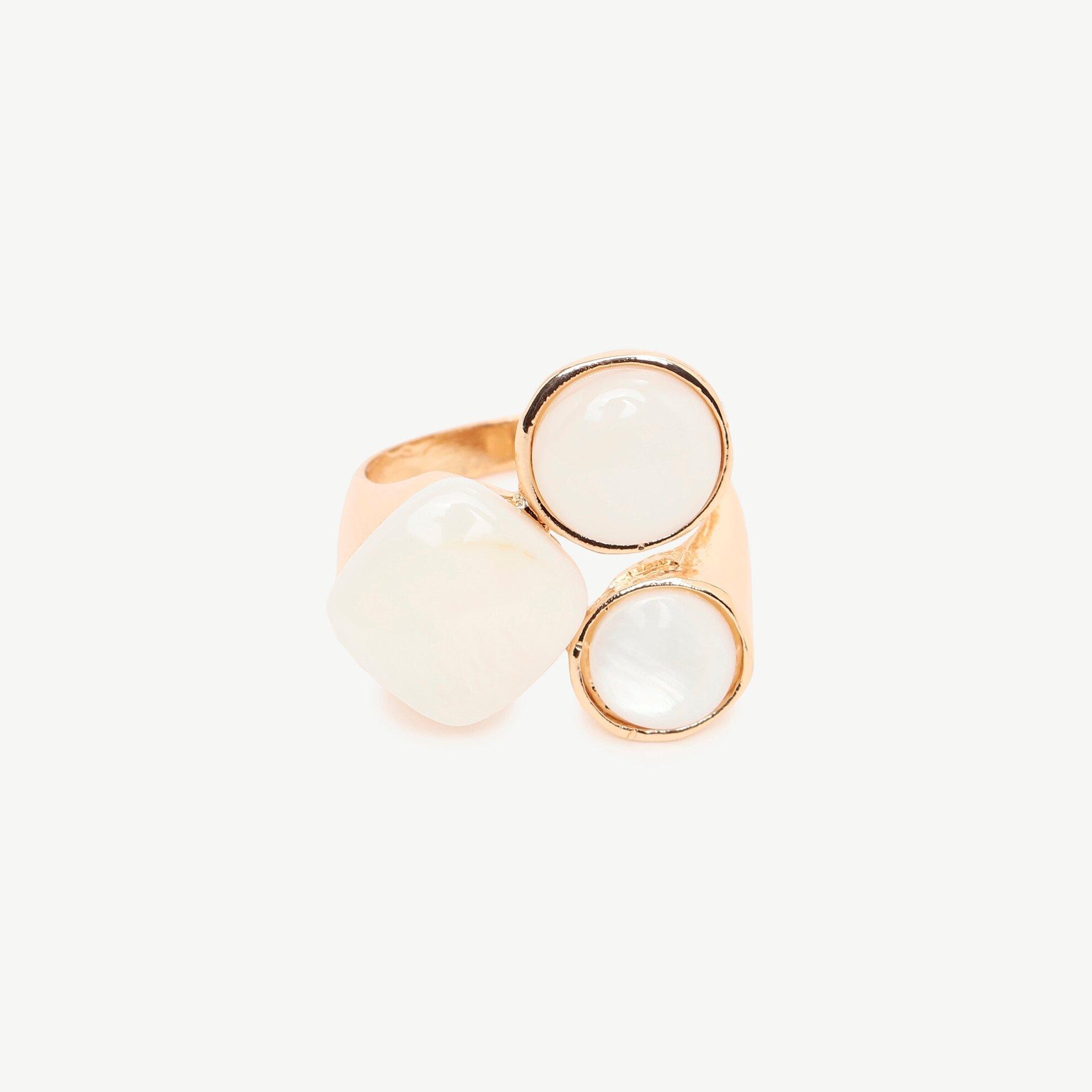 Ring mit drei weißen Steinen