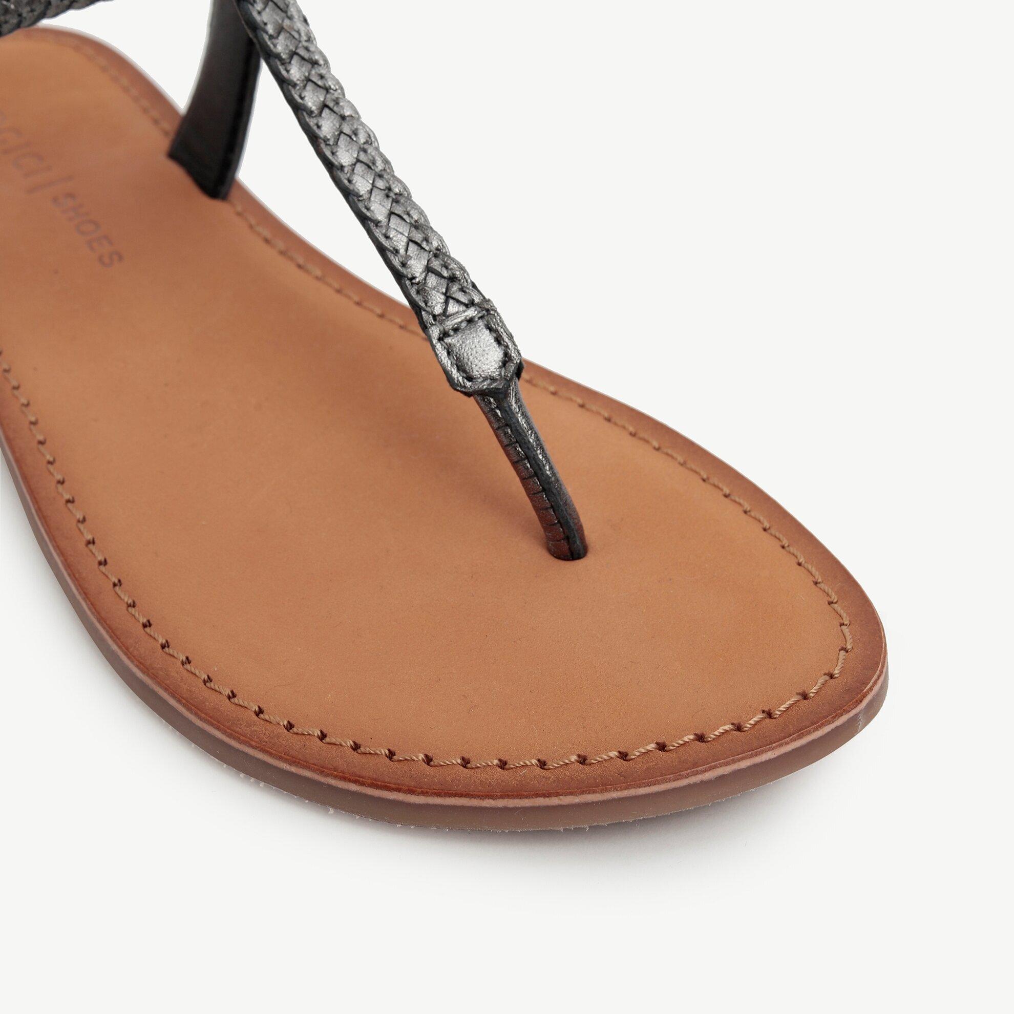 Bilekten Bağlamalı Parmakarası Metalik Deri Sandalet