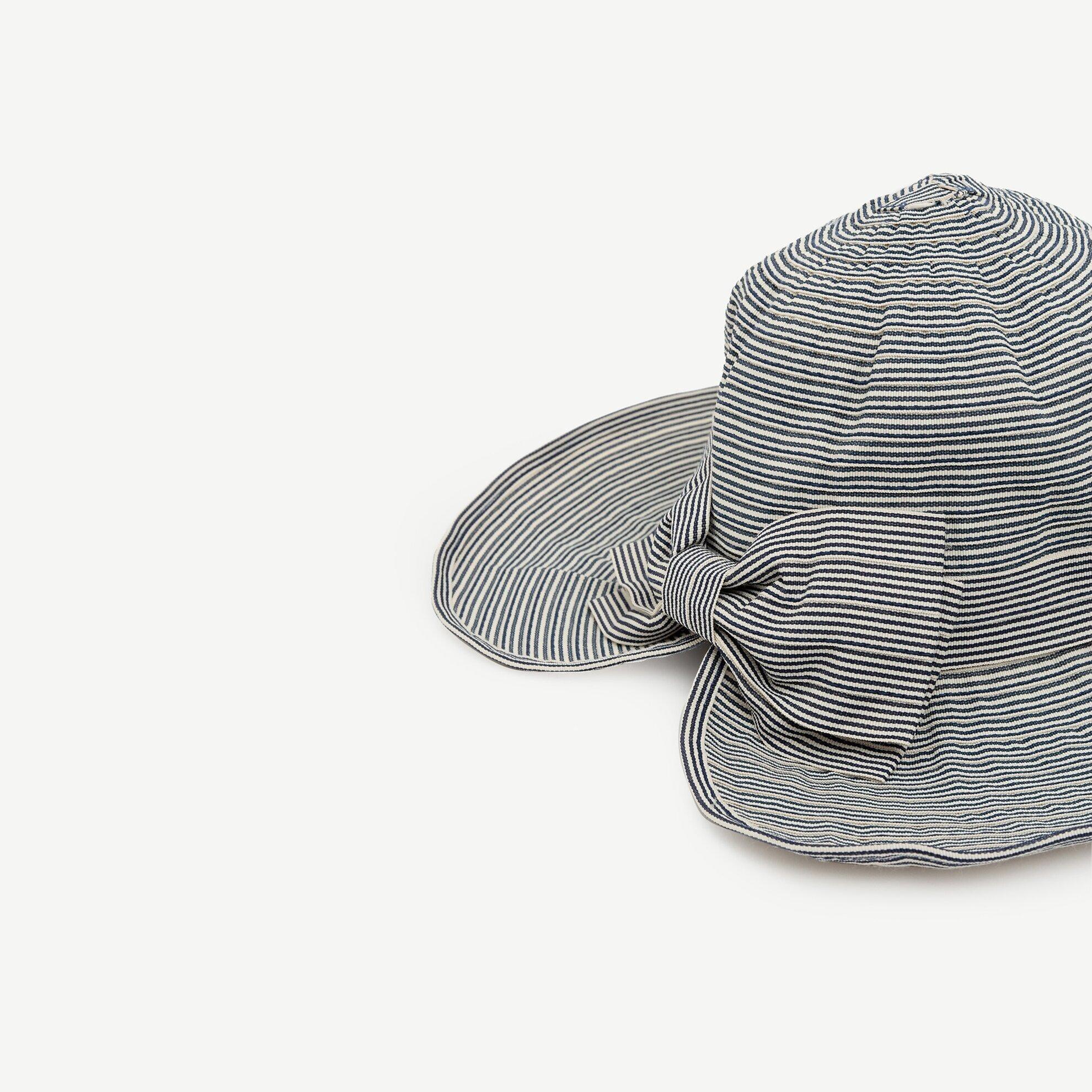 Kurdele Detaylı Çizgili Şapka
