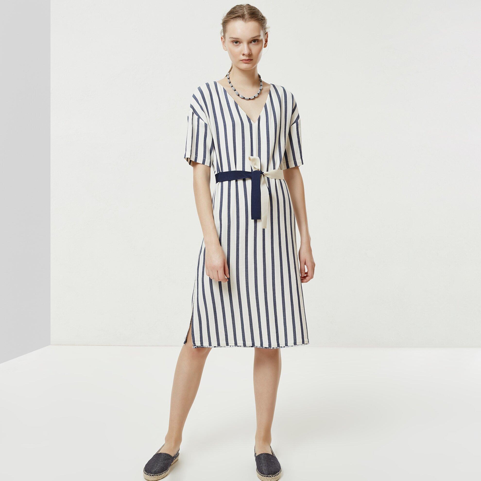 V Yaka Kısa Kollu Elbise