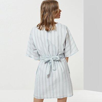 Kleid Mit V-Ausschnitt Und Gürteldetail